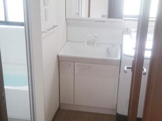 バスルームリフォーム まるで新築のよう!清潔感あふれる明るい空間を演出した洗面スペース