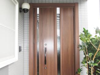 エクステリアリフォーム 木目調で高級感を演出!温かみのある玄関ドア
