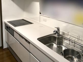 キッチンリフォーム 窓廻りの枠材やクロスを貼り替え、明るいキッチンへ