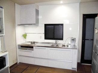 キッチンリフォーム レンジフードの高さを下げる事で手が届きやすく、収納が多いキッチン