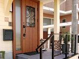 エクステリアリフォーム取り換えのみでおしゃれになったドアと、雰囲気を合わせた玄関周り