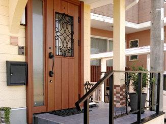 エクステリアリフォーム 取り換えのみでおしゃれになったドアと、雰囲気を合わせた玄関周り