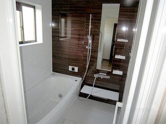 バスルームリフォーム ゆったりとして高級感のある浴室と明るく綺麗なトイレ
