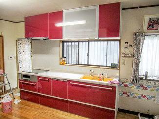 キッチンリフォーム 見た目と機能性を重視した鮮やかな色合いのキッチン