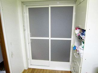 バスルームリフォーム シンプルな見た目になり、より使いやすくなった浴室扉