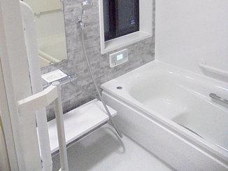 バスルームリフォーム 断熱性能アップ!白とグレーを基調にした明るい水廻り
