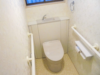 トイレリフォーム 収納が増え、明るくなったバリアフリーのトイレ