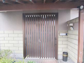 エクステリアリフォーム 縦格子のドアで現代風の玄関引戸