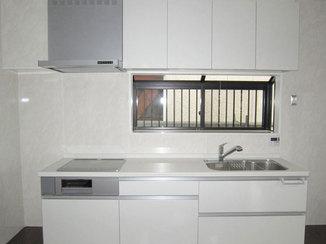 キッチンリフォーム 白いパネルが映える統一感のあるキッチン