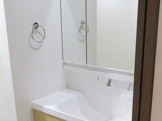 洗面リフォーム 3面鏡の洗面化粧台で収納力のあるスペースに