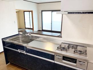 キッチンリフォーム 自動洗浄のレンジフードがついたキッチン