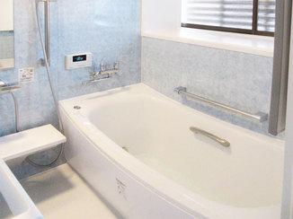 バスルームリフォーム こだわりのアクセントパネルで明るく綺麗になった浴室