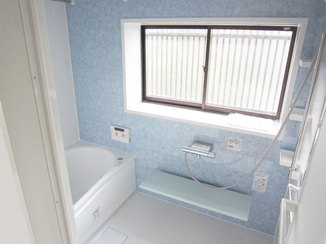 バスルームリフォーム 青い壁パネルが映える!清潔感のある浴室と洗面所