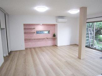 内装リフォーム ピンクのフロアタイルがアクセントの明るく開放的な内装