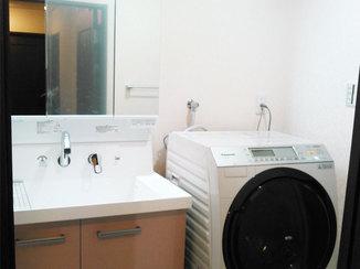 洗面リフォーム 明るく掃除のしやすい洗面所
