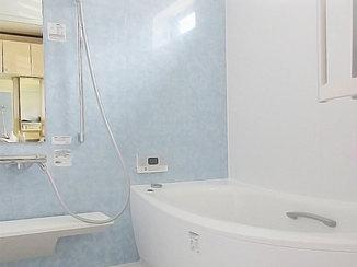 バスルームリフォーム ブルーのアクセントパネルが映える掃除のしやすい浴室