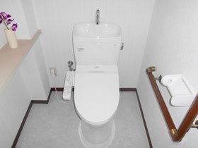 トイレリフォーム明るい内装と白く清潔感のあるトイレ