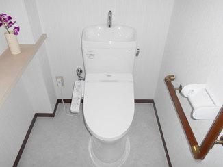 トイレリフォーム 明るい内装と白く清潔感のあるトイレ