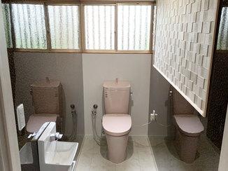 トイレリフォーム 消臭・調湿機能のあるタイルと水汚れに強いパネルを使ったトイレ