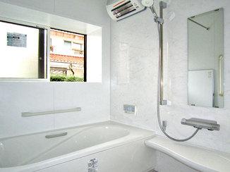 バスルームリフォーム 複層ガラスの断熱窓がついた暖かい浴室