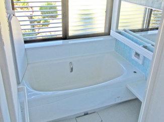 バスルームリフォーム 収納も兼ねた手すりで快適に入浴できる浴室