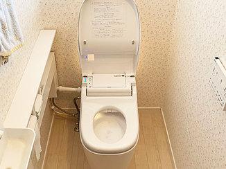 トイレリフォーム 木目調の明るい床と、消臭・カビ抑制機能がついた清潔なトイレ