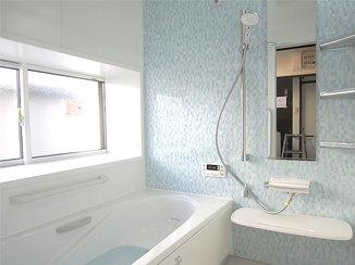 バスルームリフォーム 爽やかなパネルとクロスが映える水廻り設備