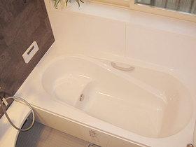 バスルームリフォームまたぎやすい高さの浴槽と手すりで安心して入れるお風呂