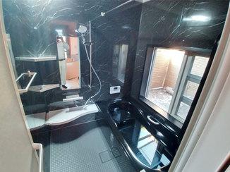 バスルームリフォーム 黒を基調としたジャグジー付きのゆったりくつろげるバスルーム