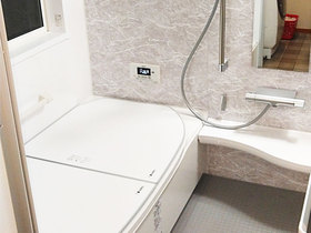 バスルームリフォームアクセントパネルでおしゃれに仕上げる、断熱仕様のあたたかいバスルーム