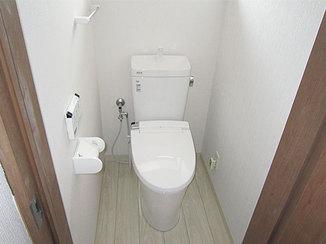 トイレリフォーム 防水性の床と汚れが落ちやすい便器の、お掃除しやすいトイレ