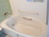 バスルームリフォーム手すりで安全に楽しめる、広々とした温かな浴室