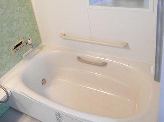 バスルームリフォーム 手すりで安全に楽しめる、広々とした温かな浴室