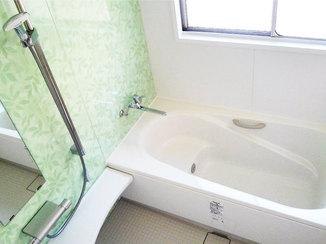 バスルームリフォーム 滑りにくい手すりを3つ設置し、安心して入浴できる浴室