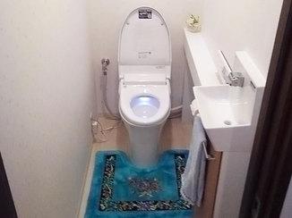 トイレリフォーム コンパクトでひろびろ使える1Fのトイレと、停電時にも使える2Fのトイレ