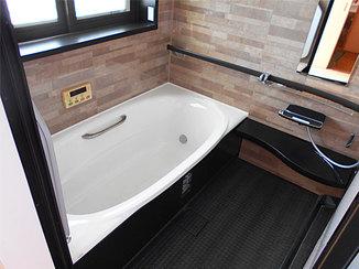 バスルームリフォーム 憧れのカタログ表紙のようにスタイリッシュで、掃除もしやすい浴室