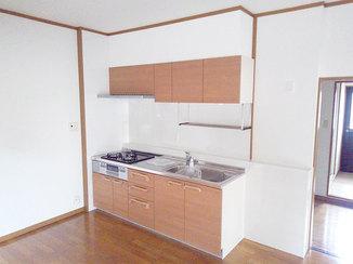 キッチンリフォーム 壁をパネルで覆った、お手入れしやすい最新システムキッチン