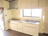 キッチンリフォームどこからでも手が届く、長い取っ手が使いやすく便利なキッチン