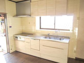 キッチンリフォーム どこからでも手が届く、長い取っ手が使いやすく便利なキッチン