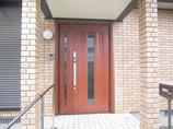 エクステリアリフォーム防犯機能が強化された、外壁に調和する玄関ドア