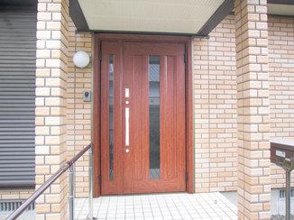 エクステリアリフォーム 防犯機能が強化された、外壁に調和する玄関ドア